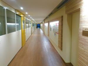 文学2号館 廊下.jpg